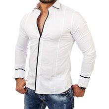 weißes Langarmhemd, schwarze Chinohose, weiße niedrige